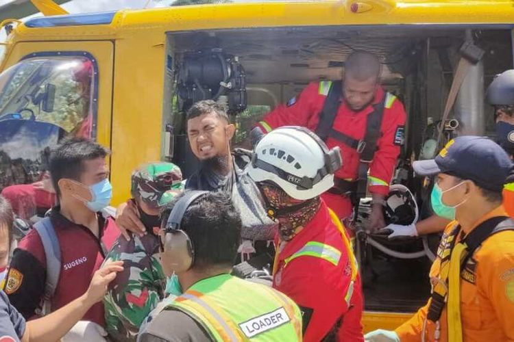 Injured helicopter crew rescued from Papua river basin