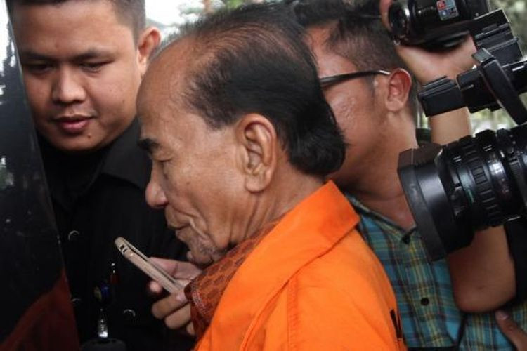 Ex Riau governor, graft convict Annas Maamun walks free following clemency