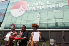 Members of the Ebamukai Solidarity Team wear Papuan traditional attire during their visit to the office of the Finance Ministry's Endowment Fund for Education (LPDP) in Central Jakarta on Wednesday, September 16. 2020. They group has raised more than Rp 773.8 million (US$51,900) from Papuans to refund the government-sponsored scholarship received by Indonesian human rights lawyer Veronica Koman, who was recently asked to repay the funding, allegedly because of her advocacy on behalf of Papuans. JP/Dhoni Setiawan