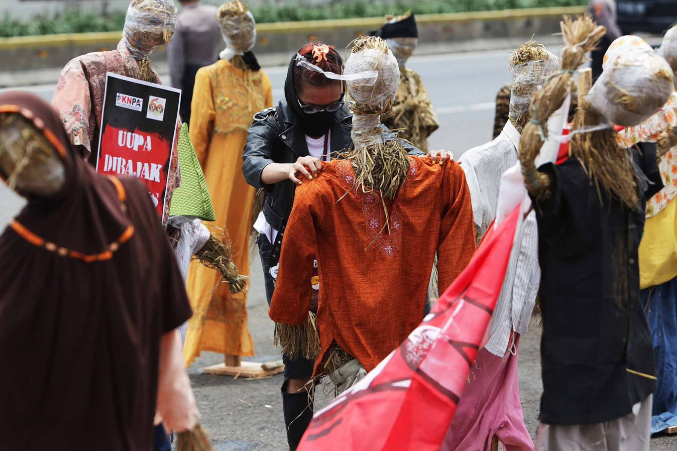 A protester sets up scarecrows during a protest against the omnibus bill on job creation in front of the legislative complex in Jakarta on Sept. 24, which coincides with National Farmers Day. The protesters voiced their opposition to the domestic food supply provisions in the omnibus bill, arguing that it could weaken domestic farmers' production and favor importers. JP/Wendra Ajistyatama