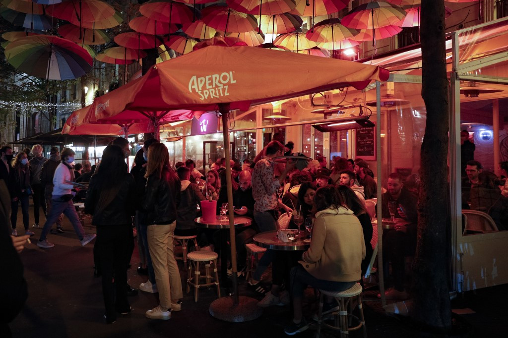 Paris shuts bars to brake COVID-19 spread