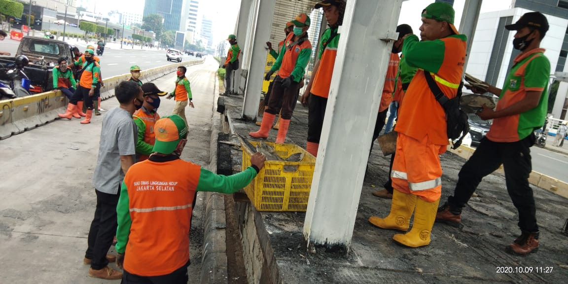 Jakarta agency cleans up nearly 400 tons of waste following omnibus law protests