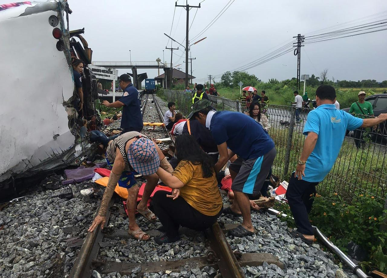Thailand Crash Bus Collides With Train Killing 18 Glbnews Com