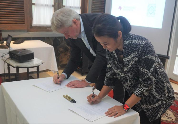Making ties: Frankfurt Book Fair president Juergen Boos (left) and Tujuhbelasribu Pulau Imaji Foundation chairwoman Laura Bangun Prinsloo sign an agreement on their partnership for Jakarta Content Week in February this year in Jakarta.