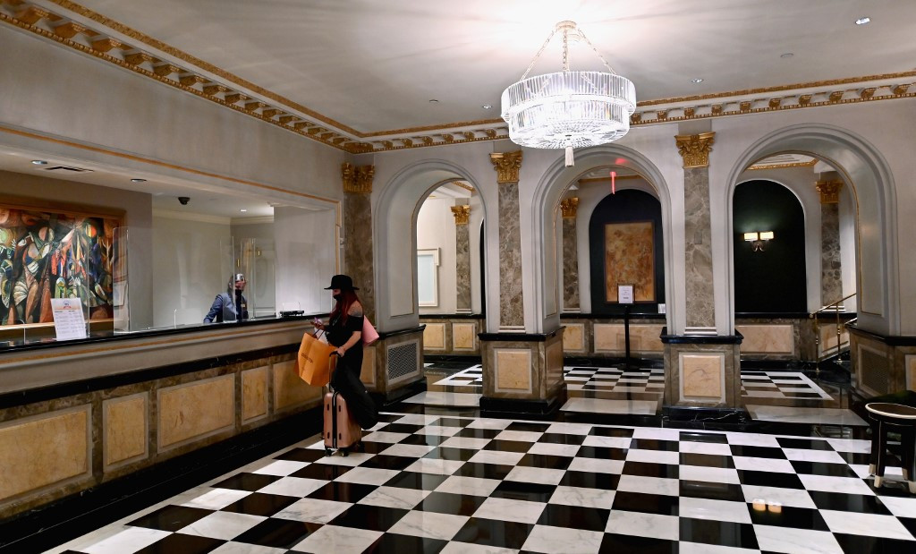 Bereft of jet set, NY luxury hotels welcome last-minute locals