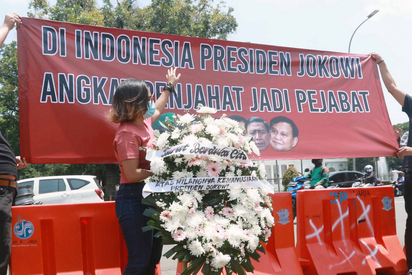 """An activist of the Commission for Missing Persons and Victims of Violence (Kontras) takes part in a protest in front of the State Palace in Central Jakarta on Oct. 5. Kontras and several organizations demand that President Joko """"Jokowi"""" Widodo annul the promotions of Brig. Gen. Dadang Hendrayudha and Brig. Gen. Yulius Selvanus as state officials in the Defense Ministry. The two are former members of Tim Mawar, who were convicted by the Military Court in 1999 for their involvement in the abduction of activists. JP/Dhoni Setiawan."""