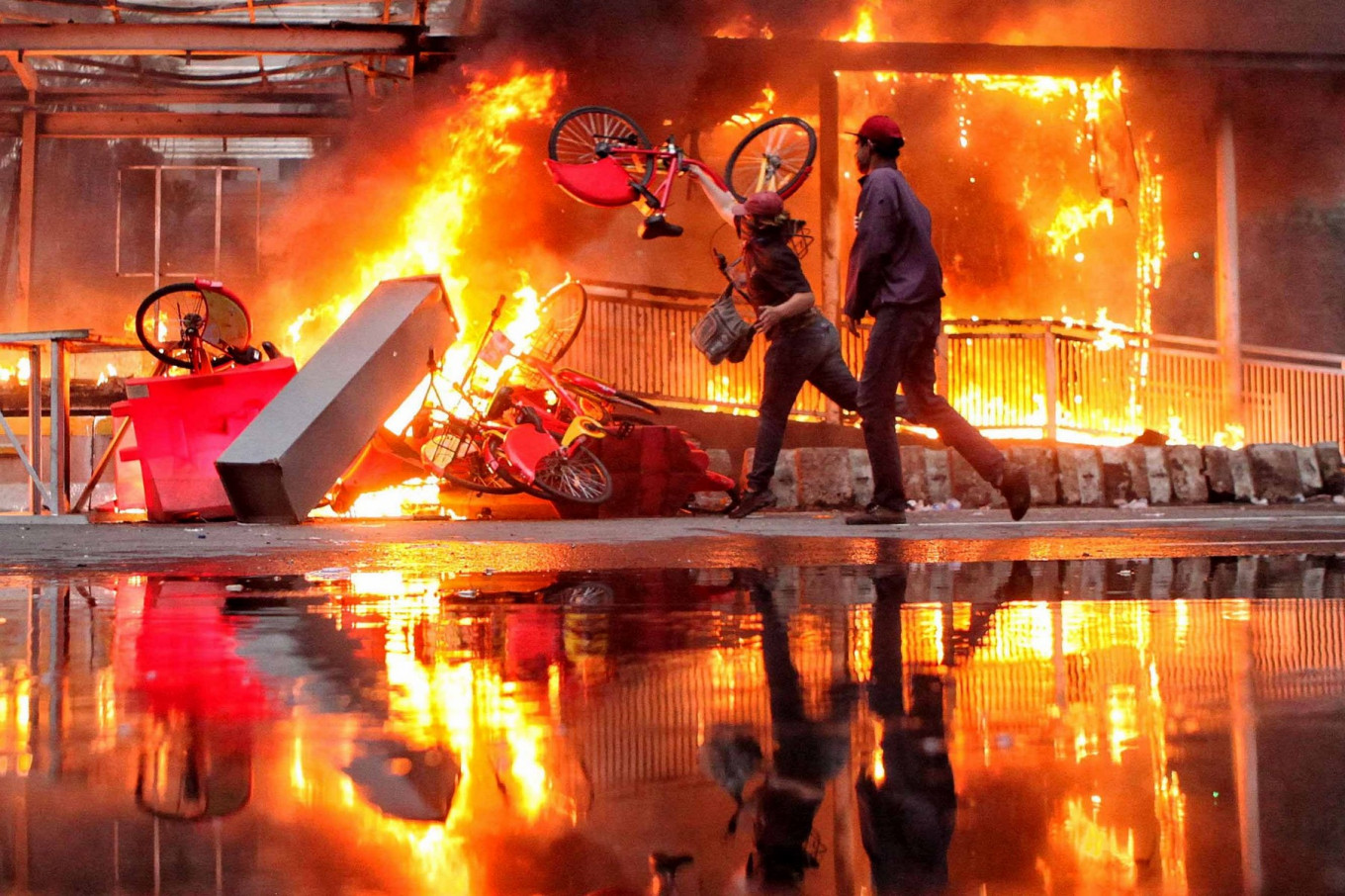 A fire rages at the Hotel Indonesia traffic circle Transjakarta bus shelter on Jl. MH Thamrin, Central Jakarta, during a clash between protesters and the police on Oct. 8. Thousands of workers and students held a rally to reject the Job Creation Law. JP/Seto Wardhana