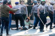 A police officer drags a protester during a rally that turned violent in Pejompongan, Central Jakarta, on Oct. 7. The rally was held to protest the newly passed Job Creation Law. JP/Dhoni Setiawan