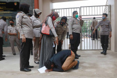 A student prostrates himself in front of his mother after being released from detention in the Jakarta Police headquarters on Oct. 14. More than 100 students were arrested during a rally that led to a clash between police and protesters on Oct. 13. JP/Dhoni Setiawan