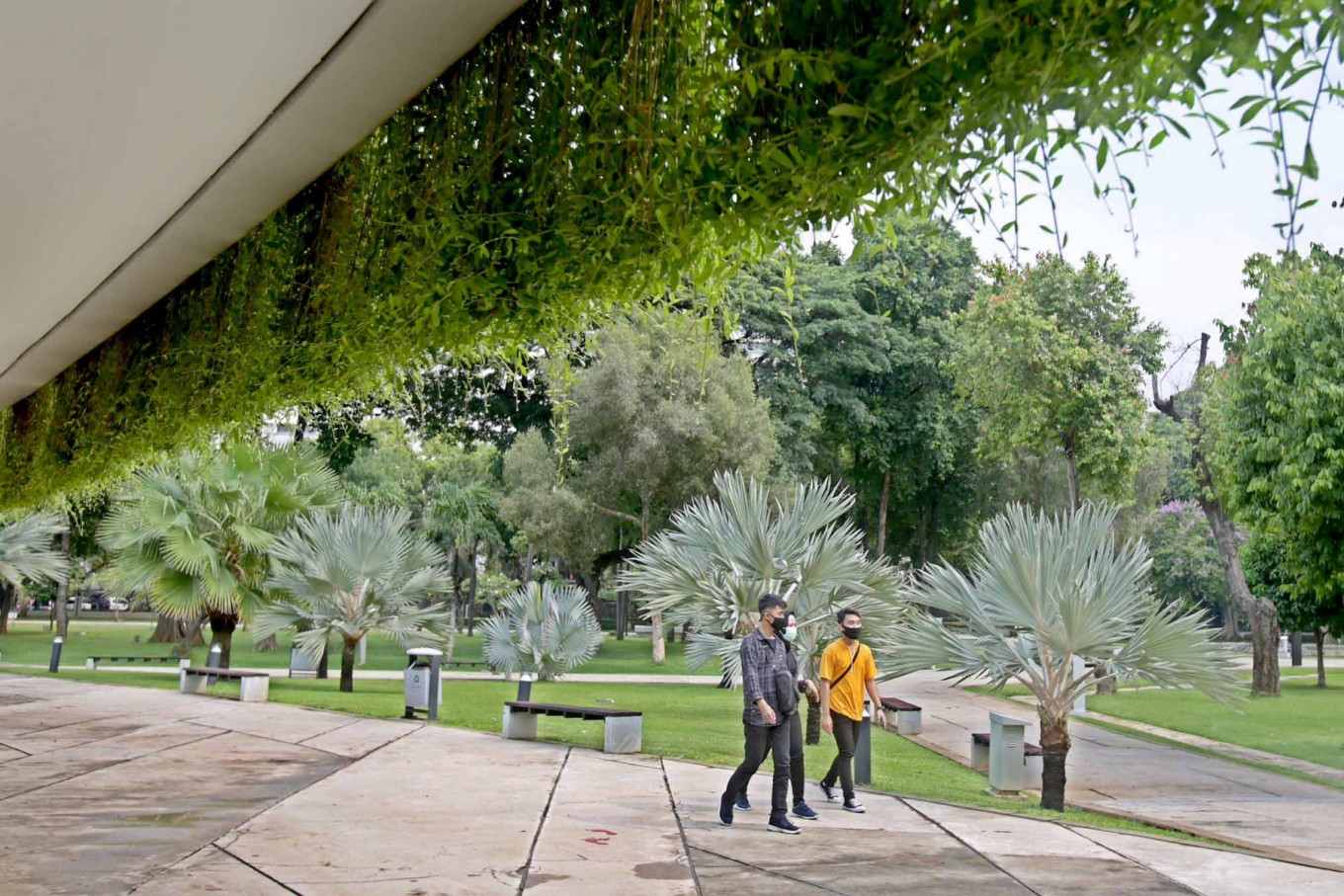 Residents walk around Banteng Park in Jakarta on Oct. 18. The Jakarta administration has reopened green public spaces in the city during the transitional large-scale social restrictions. JP/Wendra Ajistyatama