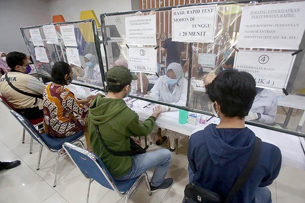 Police arrest rapid test middlemen at Pasar Senen railway station