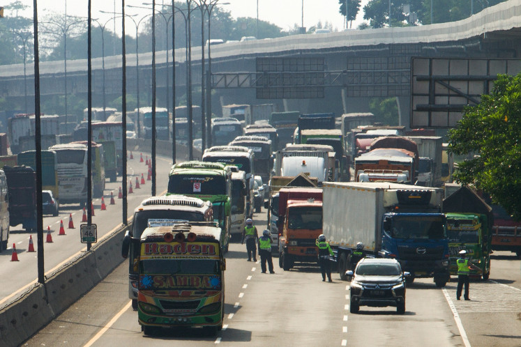 Hundreds of thousands leave Jakarta via land, air during long weekend
