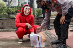 A protester burns a draft of the Job Creation Law in Jakarta on Oct. 27 as a symbol of rejection of the controversial law. JP/Seto Wardhana