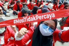 University students gather on Jl. Medan Merdeka Barat in Central Jakarta on Oct. 28 to voice their objection to the Job Creation Law. One protester holds up a headband that reads #MosiTidakPercaya (motion of no confidence). JP/Dhoni Setiawan