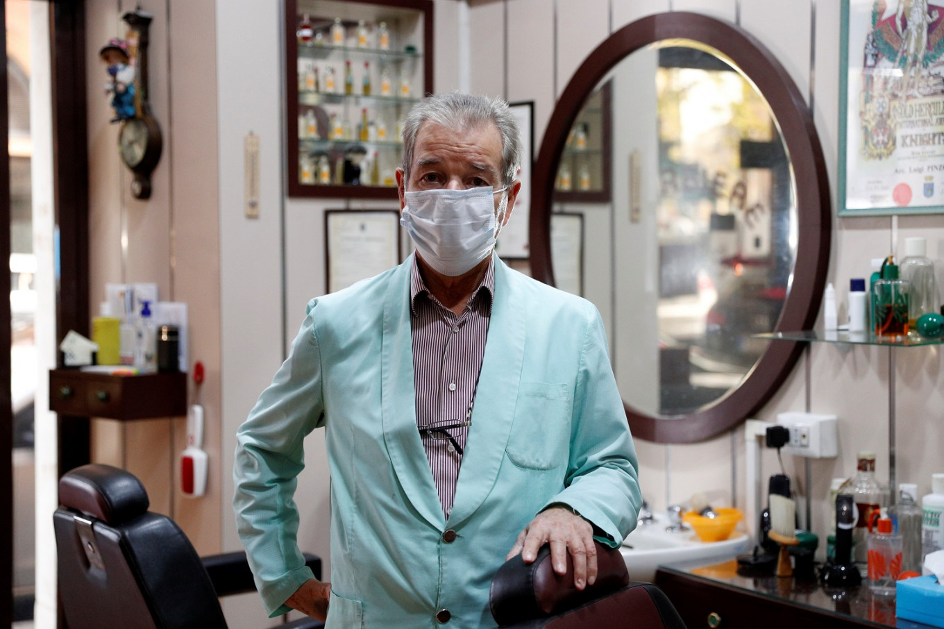 Coronavirus forces storied Rome barber to hang up his scissors