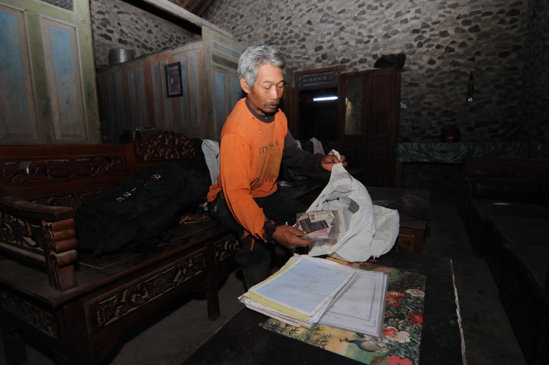 Hundreds leave homes in anticipation of Merapi eruption