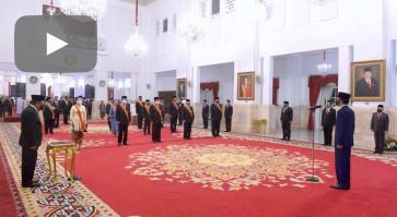 Jokowi honors former Cabinet members, fallen medical workers