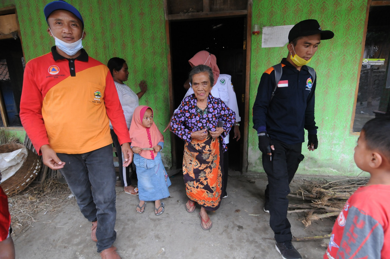 Authorities evacuate nearly 1,300 residents in anticipation of Mt Merapi eruption