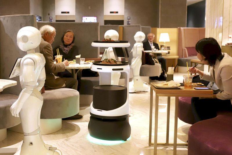 Robots serve customers at Tokyo cafe