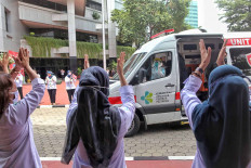 Employees at the Health Ministry in Jakarta clap their hands to show appreciation for healthcare workers during the commemoration of National Health Day on Nov. 12. JP/Seto Wardhana.