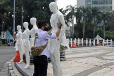 An activist places mannequins at the Hotel Indonesia traffic circle to commemorate the World Day of Remembrance for Road Traffic Victims on Nov. 15. Police records show that 83,715 accidents occurred in the country in the first 10 months of the year, with 19,320 fatalities. JP/Wendra Ajistyatama