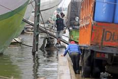 A tidal flood inundates Sunda Kelapa Port in North Jakarta on Nov. 17. The flood disrupted loading and unloading at the port. JP/Wendra Ajistyatama