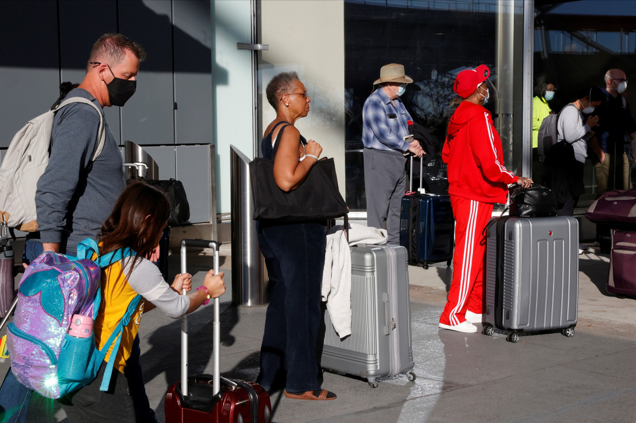 US holiday travelers voice dread, determination as they defy COVID-19 warnings