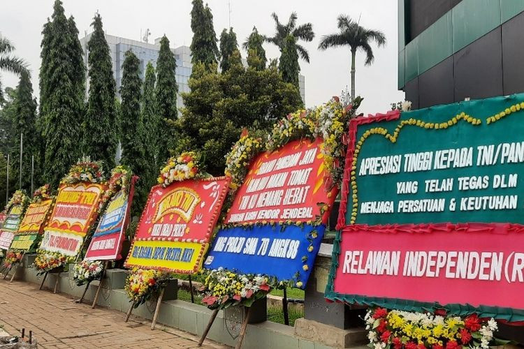 TNI removes Rizieq banners. Groups send flower boards as thanks, but critics unmoved