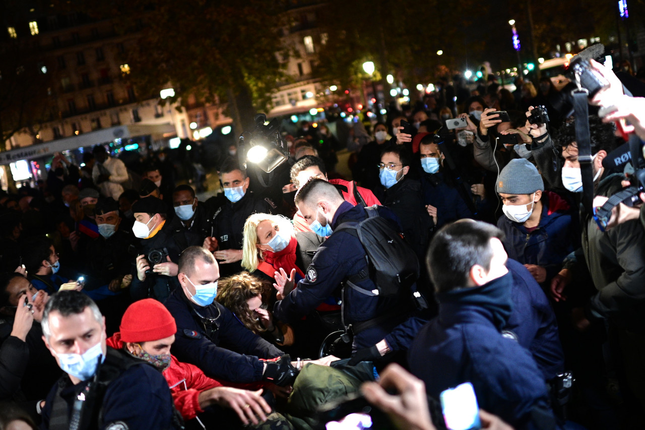 Anger in France over 'scandalous' dispersal of Paris migrants