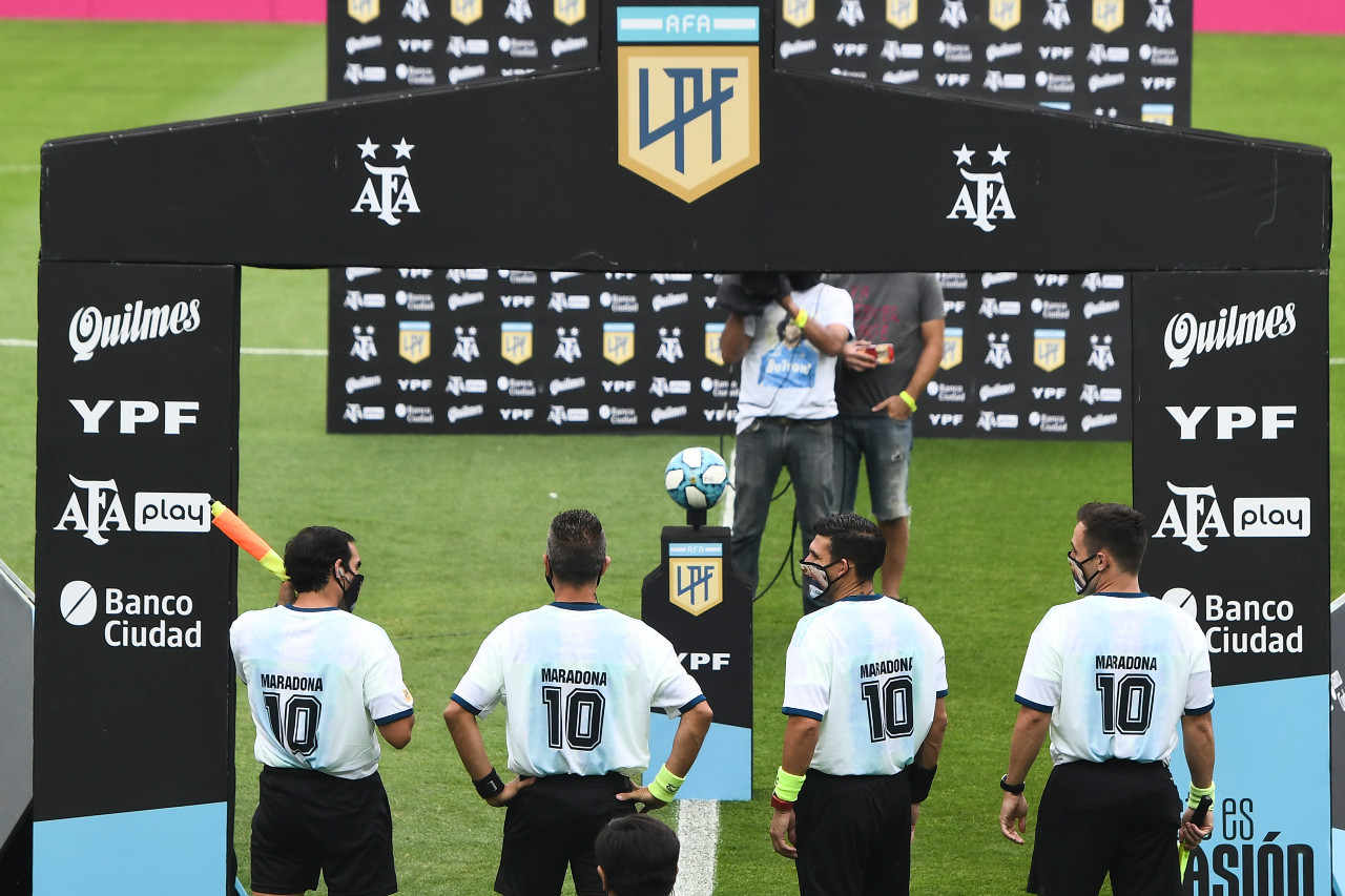 Sport pays tribute to Maradona with tears, applause, silence, banners and song