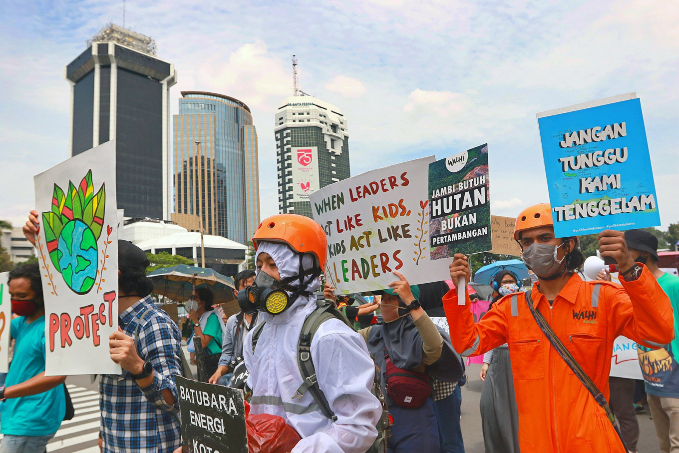 Environmentalists march in the Asia Climate Rally towards the Energy and Mineral Resources Ministry in Central Jakarta on Nov. 27. They demanded that the government and businesses stop funding the expansion of fossil fuel exploitation to help limit climate change. JP/Dhoni Setiawan