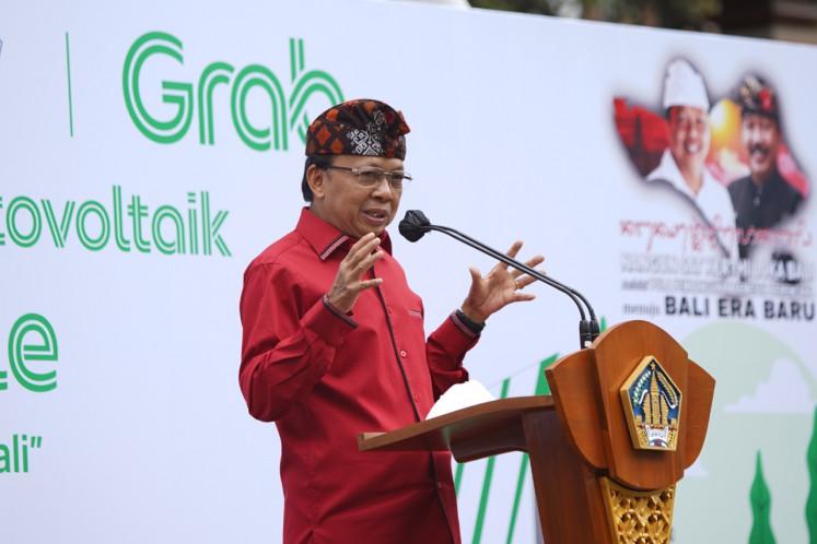 El gobernador de Bali, I Wayan Koster, en el evento de Grab en el que se lanzaron 30 motocicletas eléctricas (EM) y siete estaciones públicas de intercambio de baterías de vehículos eléctricos (SPBKLU) en la provincia de la isla el 26 de noviembre.