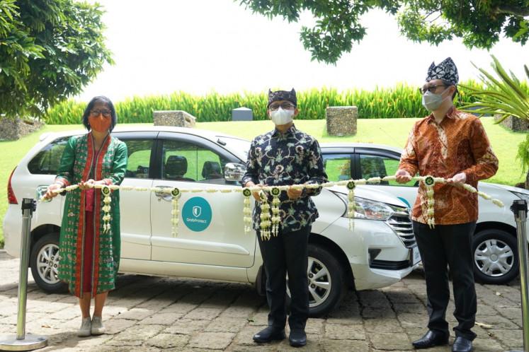 Grab Indonesia country managing director Neneng Goenadi (left), Banyuwangi Regent H. Abdullah Azwar Anas (center) and Grab Indonesia Director of East Indonesia Halim Wijaya (right) posed at the inauguration of partnership between Grab and Banyuwangi administration.