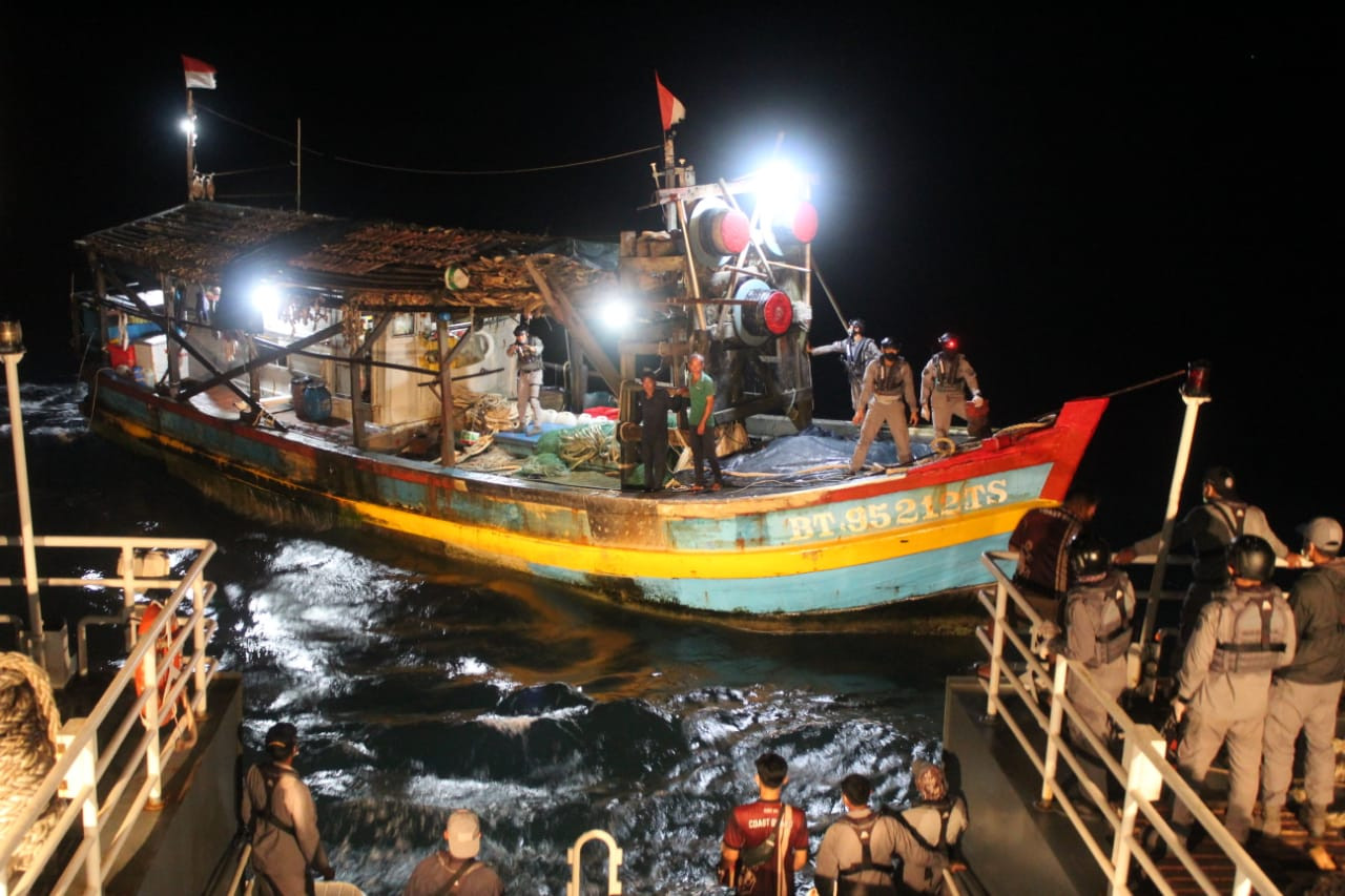 Bakamla captures foreign vessel bearing Indonesian flag illegally fish in Natuna Sea