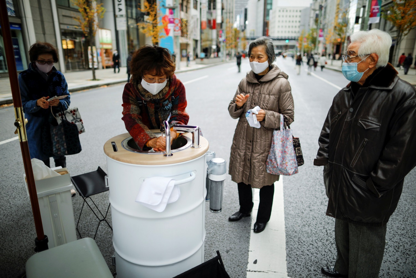 Ginza shoppers clean hands, phones with high-tech wash stations