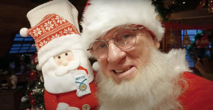 Santa Claus' missing beard becomes online sensation