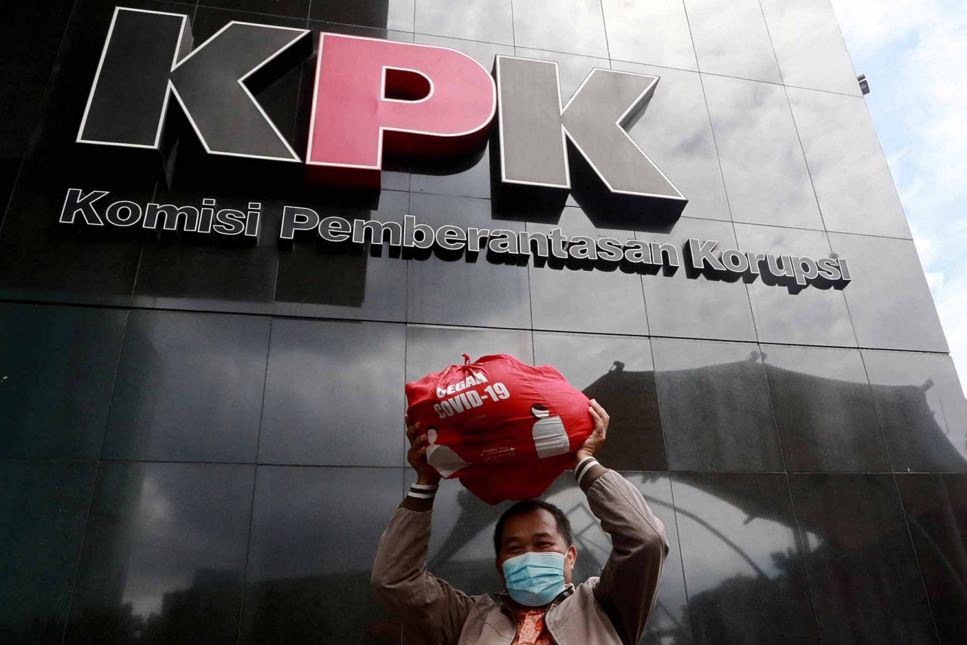 Indonesian Anti-Corruption Community (MAKI) coordinator Boyamin Saiman brings a social aid package worth Rp 188,000 (US$13.35) to the Corruption Eradication Commission (KPK) headquarters in Jakarta on Dec. 16. He handed over the package to the graft busters as evidence for the KPK's investigation into a suspected bribery case pertaining to the COVID-19 social aid procurement. The antigraft body has named Social Affairs Minister Juliari Batubara a suspect in the case. JP/Dhoni Setiawan