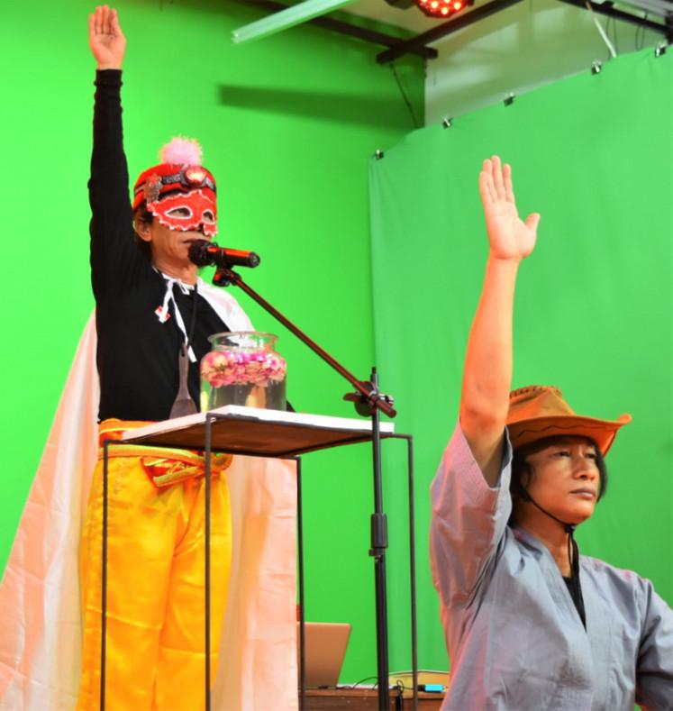 Leading the Way: A False Prophet, diperankan oleh Gunawan Maryanto (kiri), menyampaikan khotbah dengan bantuan muridnya Andreas Ari Dwiyanto dalam `` Messiah for Dummies, '' yang diterbitkan sebagai bagian dari seri sebulan penuh oleh Teater Garasi pada bulan November.