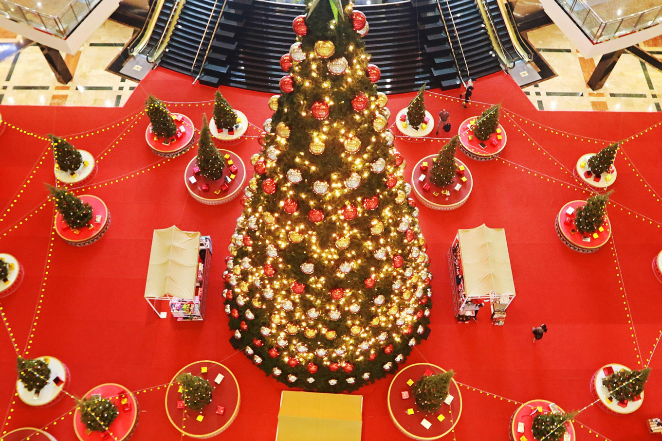 Visitors view Christmas tree decoration at the Taman Anggrek Shopping Mall in West Jakarta on Dec. 22. Several malls across the capital put up Christmas-themed decoration ahead of the holiday season. JP/Dhoni Setiawan