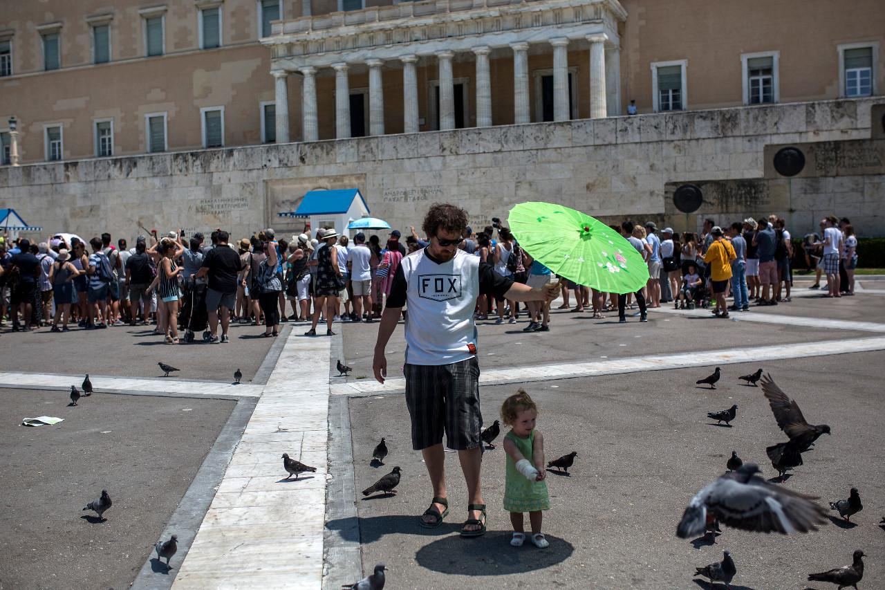 Greeks ignore virus lockdown as temperatures soar
