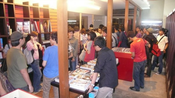 A crowd gathers for a music showcase held at Aksara Kemang, ca. 2010-2011. Due to the popularity of Aksara Kemang in the music community, the store would usually hold showcases.