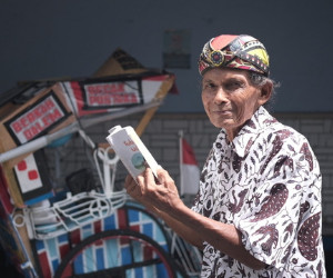 Yogyakarta pedicab driver pedals library on wheels