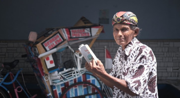 Yogyakarta pedicab driver pedals library on wheels