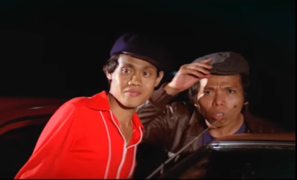 Kasino (left) and Dono appear in a still from 'Pintar-Pintar Bodoh' (1980).