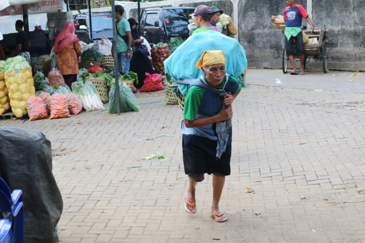 Female porters in Giwangan market in Yogyakarta can carry more than eight kilograms of goods on their back on a daily basis just to survive. However, as people stopped coming to markets due to the COVID-19 pandemic, these women have had too work harder and seek alternative earnings.