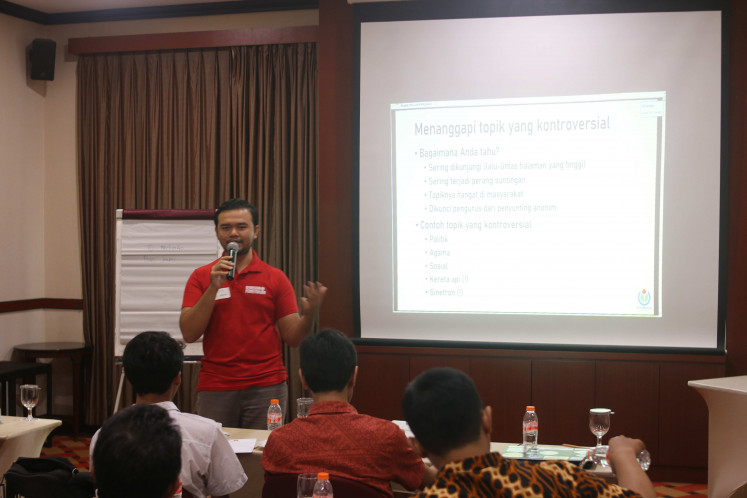 Ramzy presents at the WikiPelatih (WikiTrainer) workshop in Jakarta in 2009.