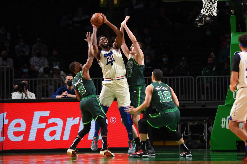Embiid leads Sixers romp over Celtics, Curry downs Bucks
