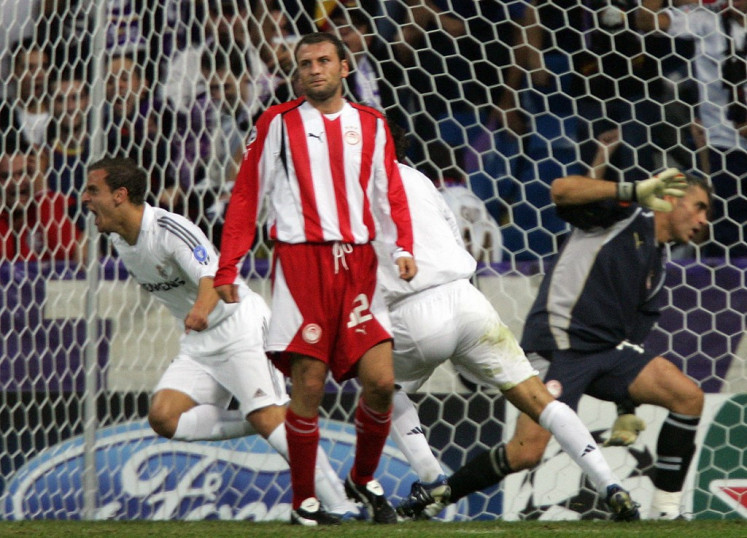 Real Madrid's Roberto Soldado (L) celebrates after scoring to make 2-1 against Olympiakos during their Champions League group F football match against Olympiakos at the Santiago Bernabeu stadium in Madrid, 28 September 2005.