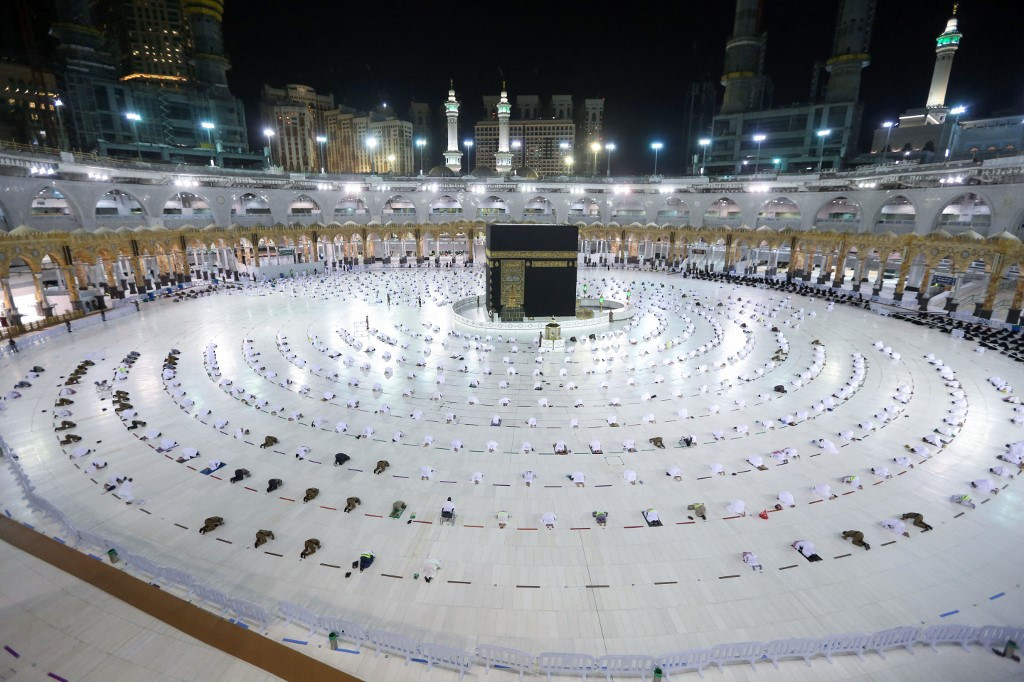 'Immunized' Muslim pilgrims in Mecca as Ramadan begins