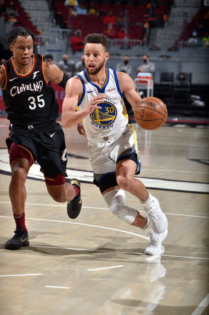 Stephen Curry #30 of the Golden State Warriors drives to the basket during the game against the Cleveland Cavaliers on April 15, 2021 at Rocket Mortgage FieldHouse in Cleveland, Ohio.